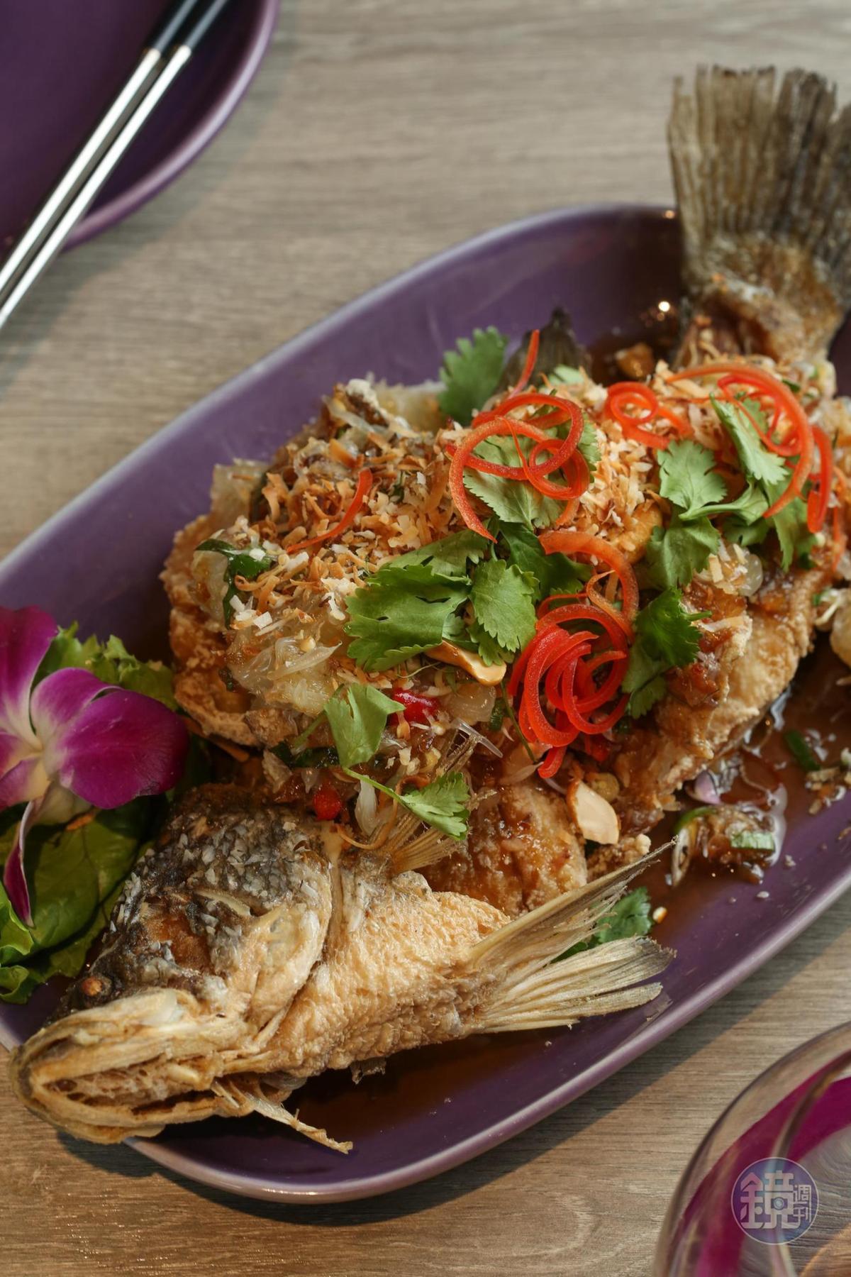 台灣限定的「椰絲香柚魚」,由「NARA Thai Cuisine」創辦人特別研發,鱸魚搭配柚肉,清爽鮮美。(480元/份,季節限定)