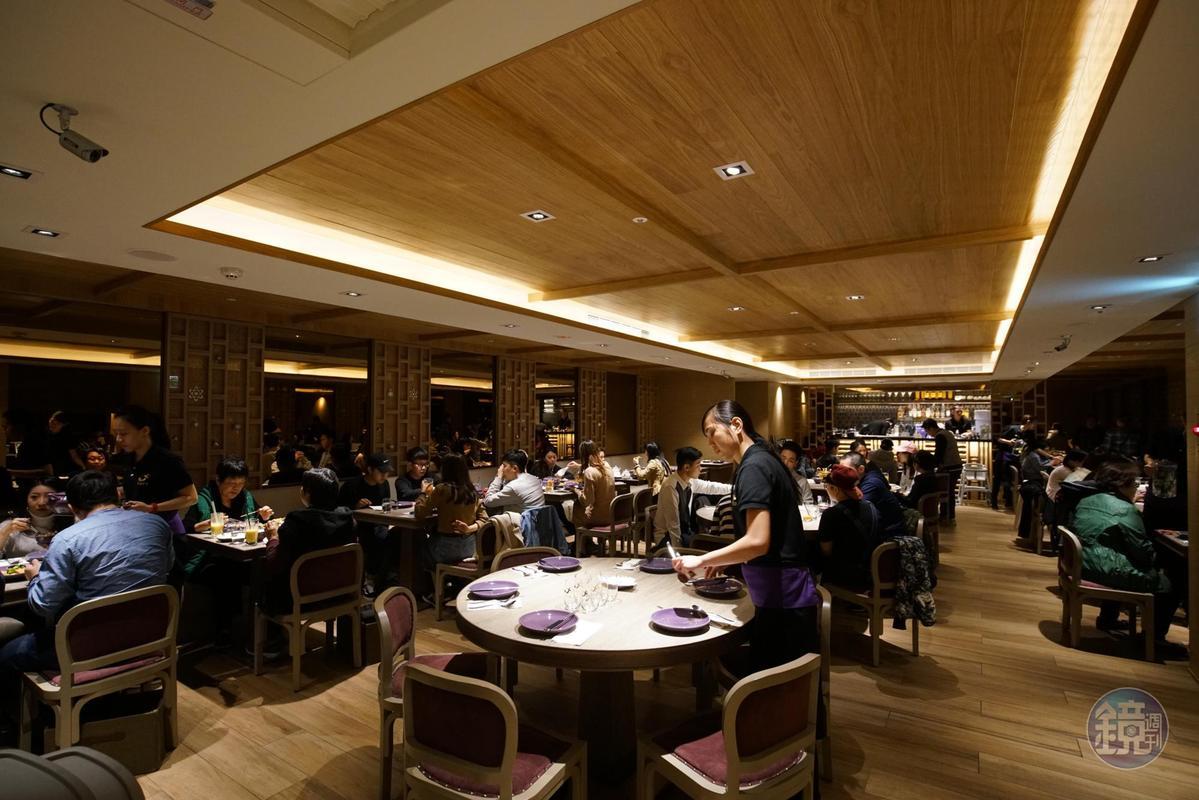 台灣「NARA Thai Cuisine」力求空間到餐點都遵循本店,因此室內設計也由本店欽點的設計師規劃。