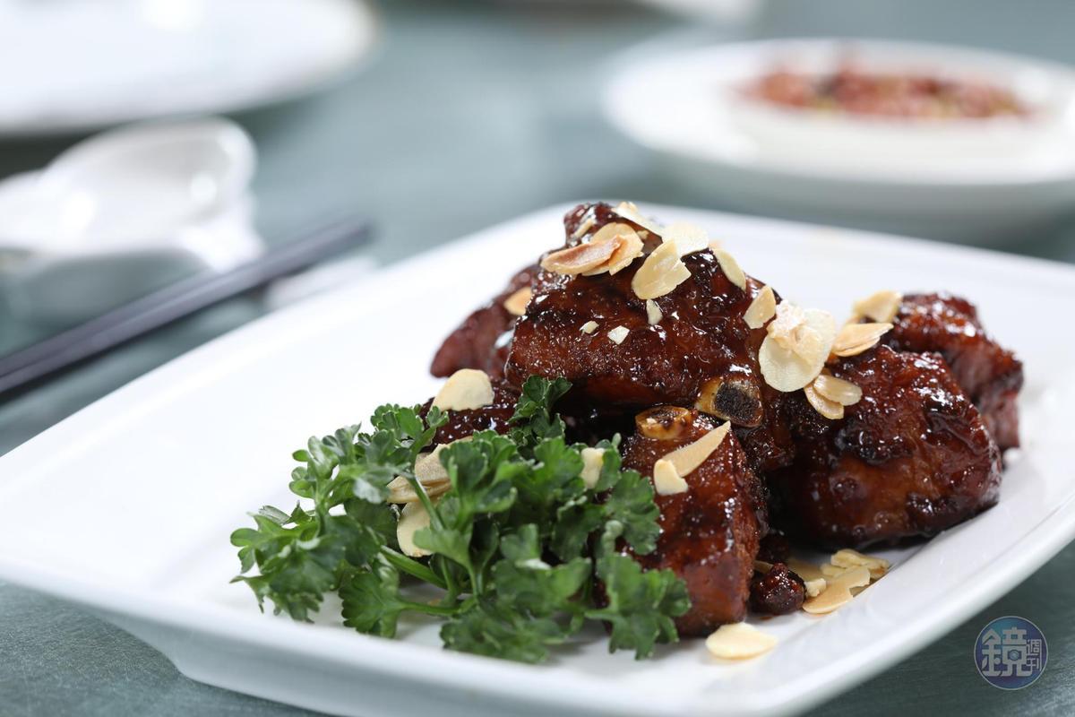 「摩卡排骨」醃製過的豬排經油炸,淋上以咖啡粉、可可粉、水特調出的摩卡醬,成色油亮,香氣十足。(428元/小份)
