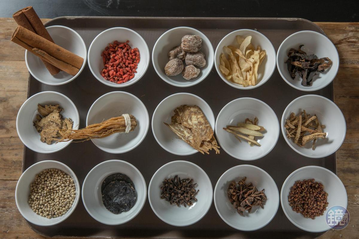 肉骨茶湯頭用了15種藥材,依藥材屬性、味道表現抓出燉湯的黃金比例。
