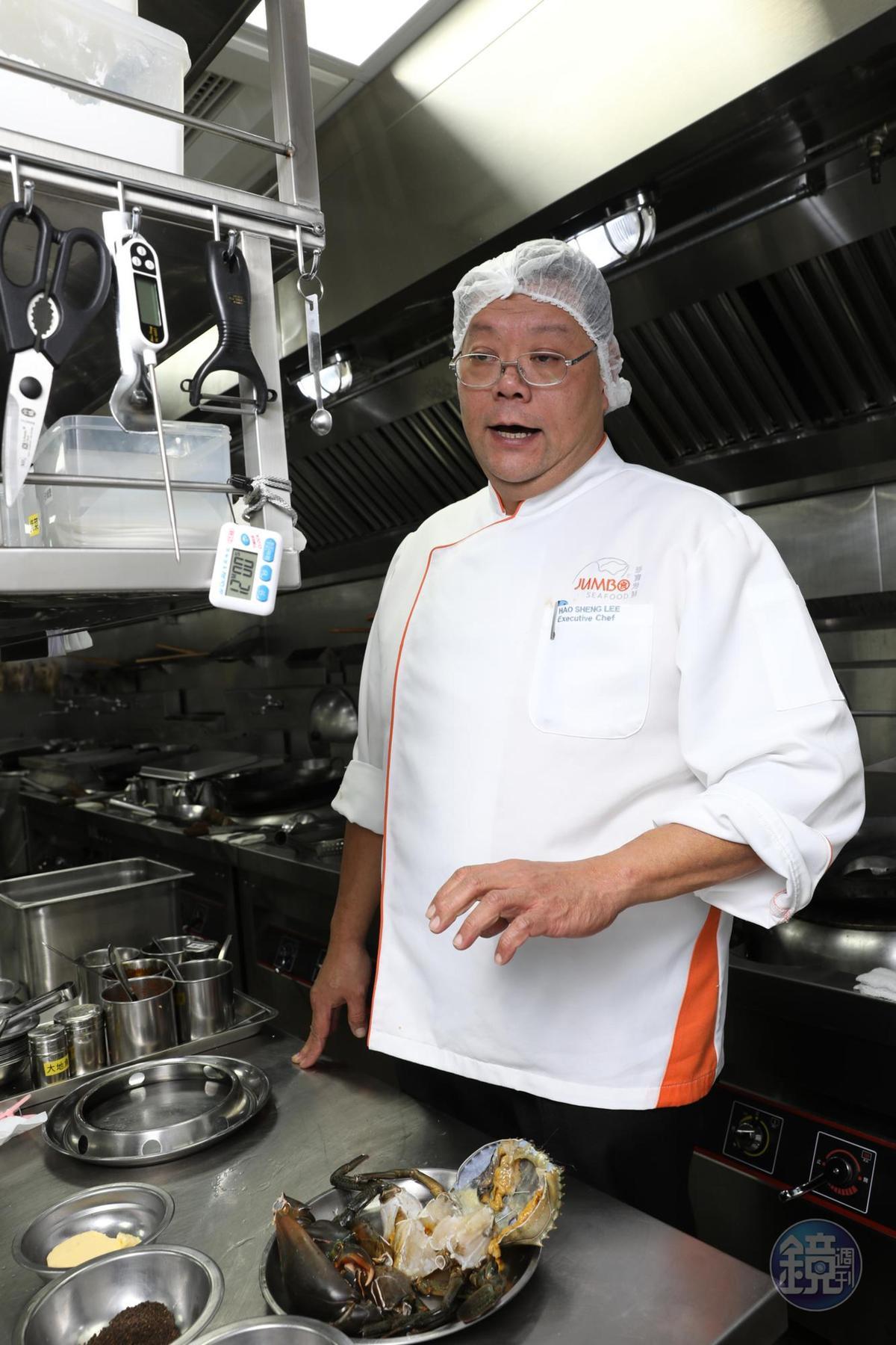 行政主廚李豪盛在廚房得套好網帽,十分在意衛生。