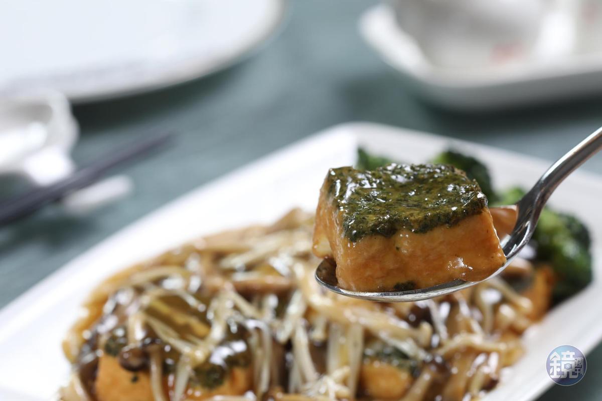 「翡翠豆腐」的豆腐為手工自製,每天限量供應三板,時令蔬菜鋪面,淋上鮮菇醬汁,色澤誘人。(368元/小份)