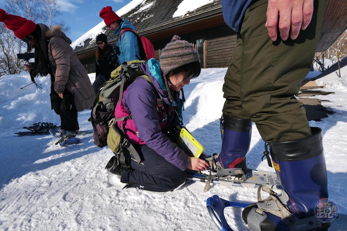 要進入積雪已深的森林,得先換上專門的雪鞋。