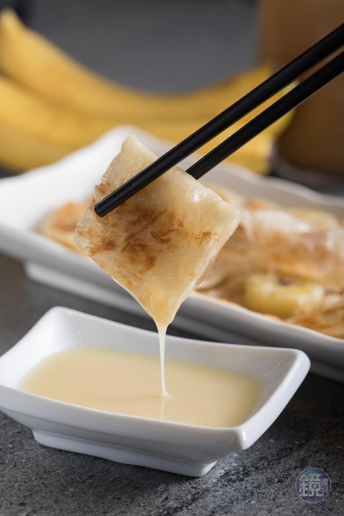 包著切片香蕉的「印度甩餅」煎得金黃,蘸煉乳入口,蜜甜令人陶醉。(85元/份)