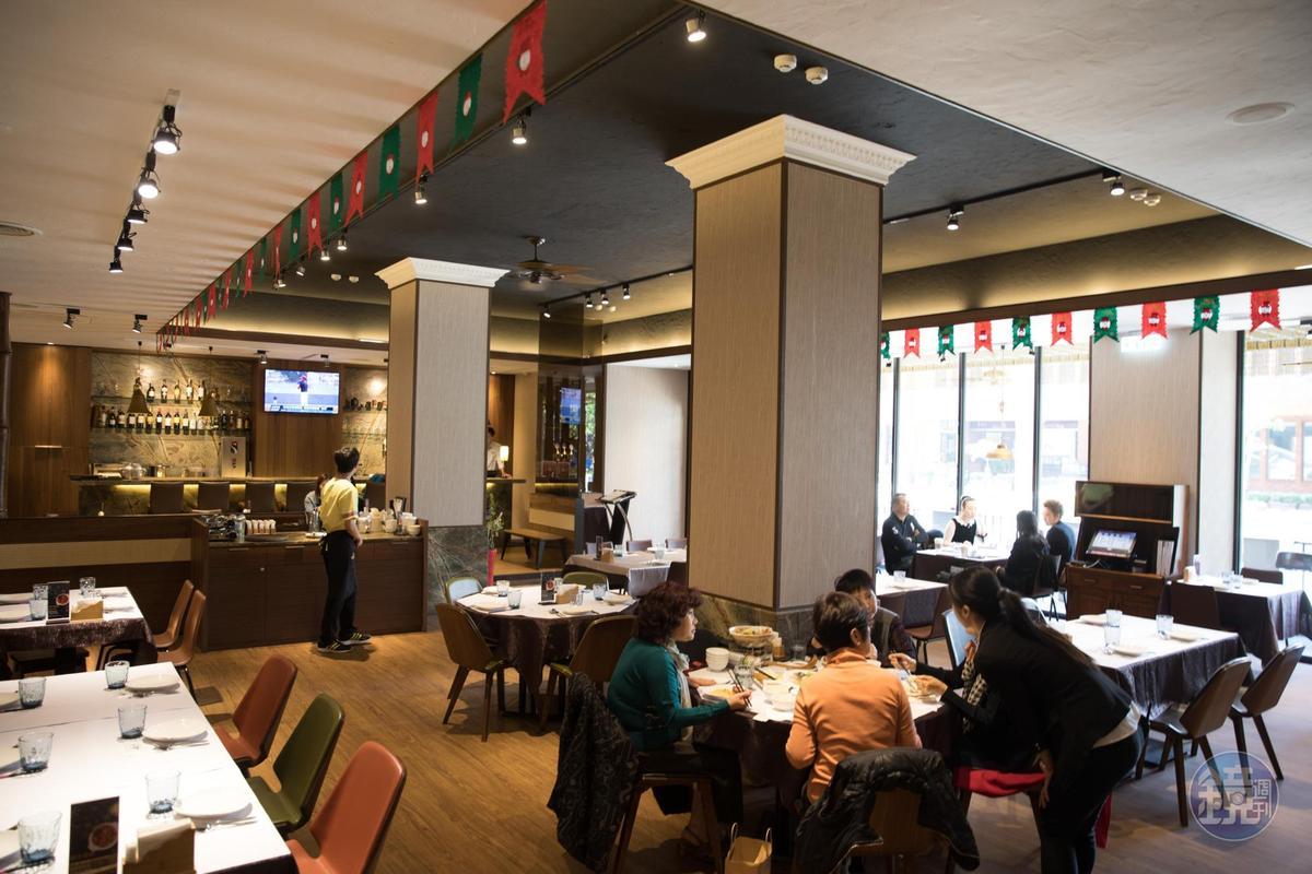 淺色系空間,舒爽明亮,讓焦點集中在醬色濃郁的馬來菜上。