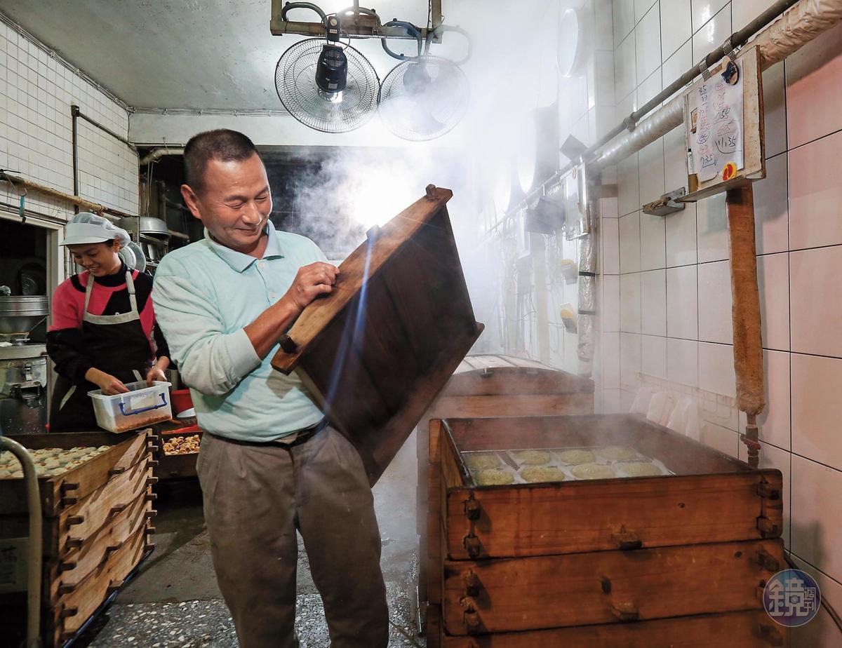 四女婿楊松桂(圖)和妻子簡滿足扛下老粿店的製作重擔。