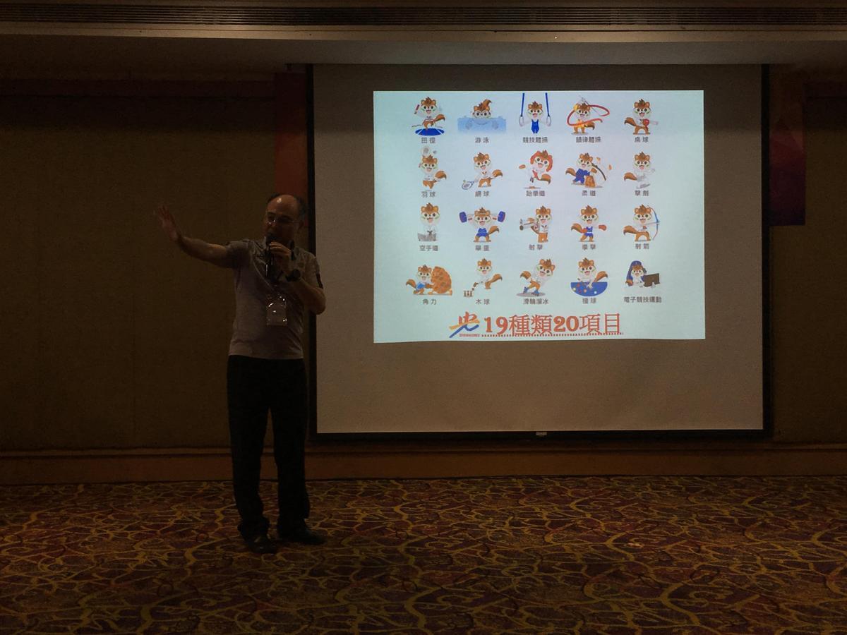 執行長吳瑞賢以今年全大運的幸運物「活力鼠寶」為形象的圖片,報告今年的賽事項目。(張憶漩攝)