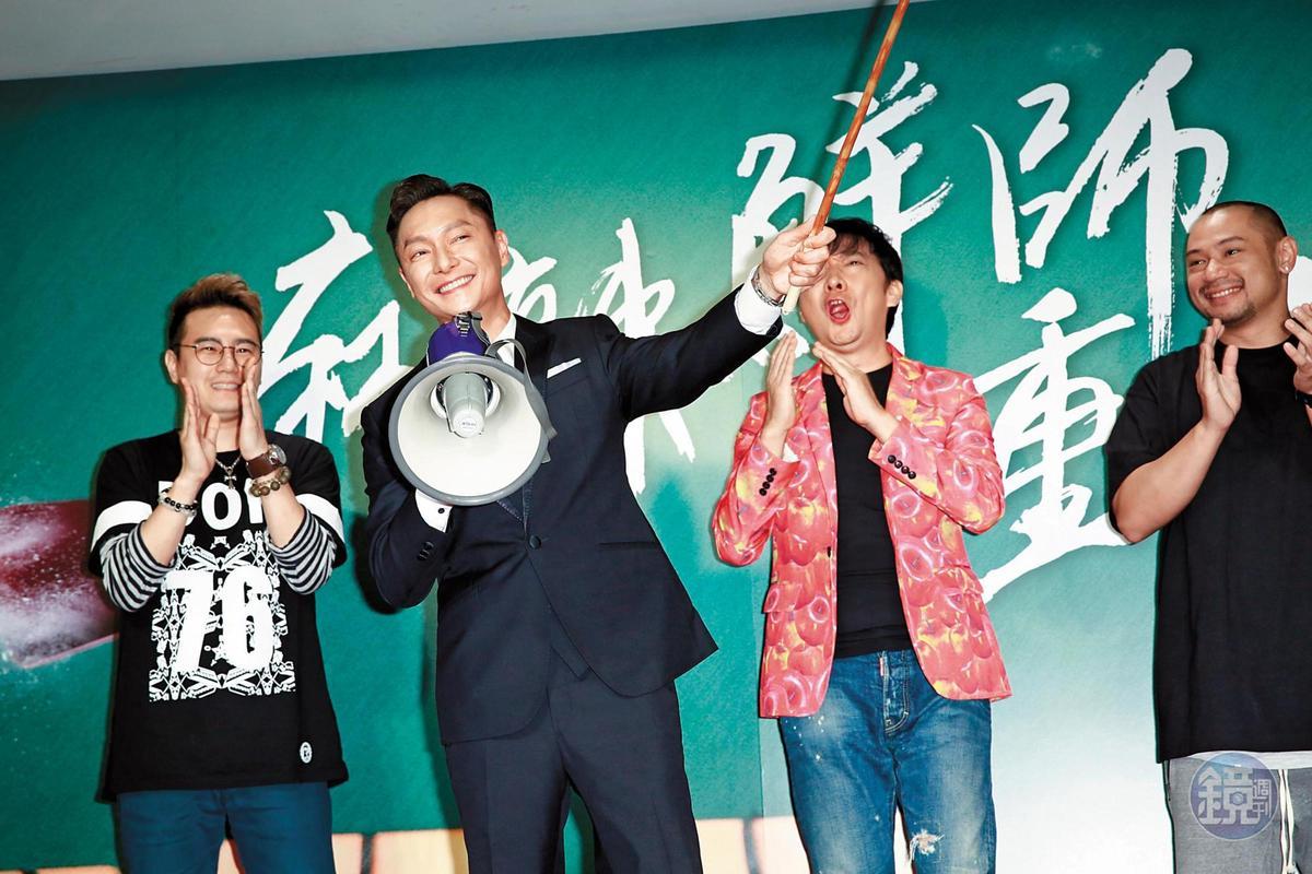 電影《王牌教師麻辣出擊》除找來電視劇中靈魂主角謝祖武(左二)主演外,還有綠茶(左一)、九孔(右二)、金剛(右一)參與演出。