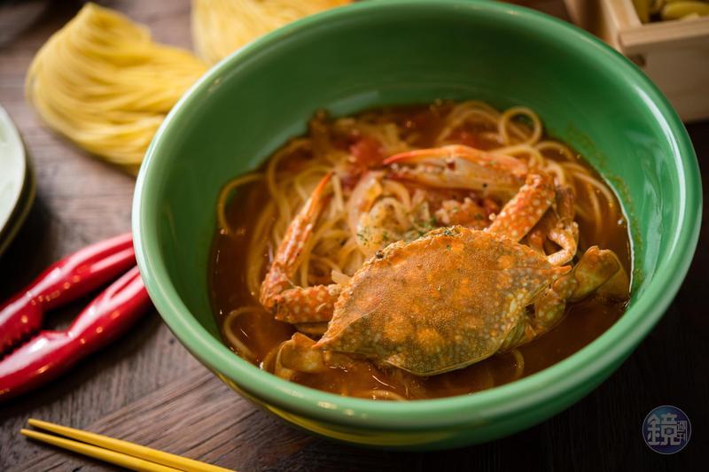 石壁家「藍鑽蟹番茄湯麵」酸香的醬汁與鮮甜的蟹肉十分契合。(380元/份)
