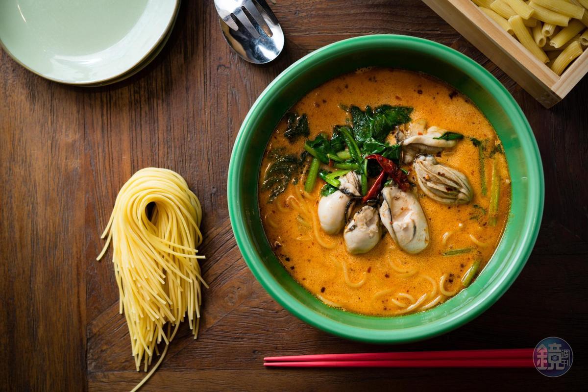 「牡蠣菠菜辣味奶油湯麵」為一月限定版,「SPIGA PASTA 石壁家」不定期都會有主打的期間限定湯麵。(380元/碗)
