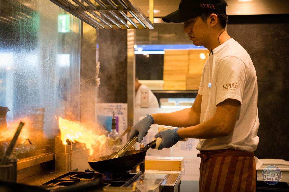 主廚製作「藍鑽蟹義大利湯麵」時先將蟹殼爆香,加上白酒一起煮汁。