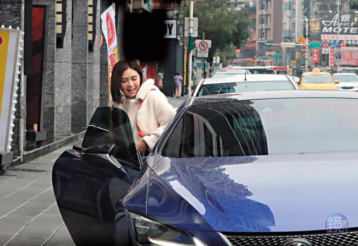 吳宗憲開著五百多萬的跑車現身安苡愛家門口,安苡愛滿臉笑容上車。