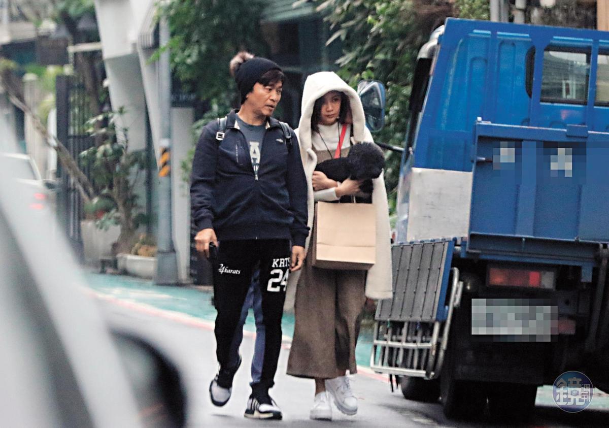 約莫用餐1小時後,兩人再度走回附近的咖啡茶館繼續續攤。