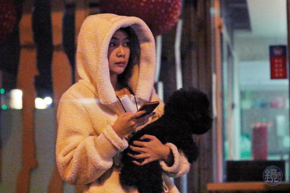 午夜時分,安苡愛現身住家樓下,一邊滑手機一邊看似在等人。