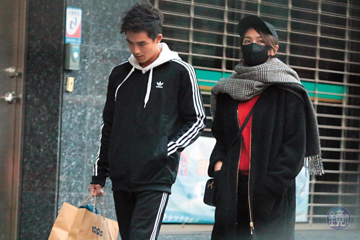 一月中時,本刊直擊安苡愛(右)帶著緋聞男友李博翔(左)回到自己的住處,關係相當曖昧。