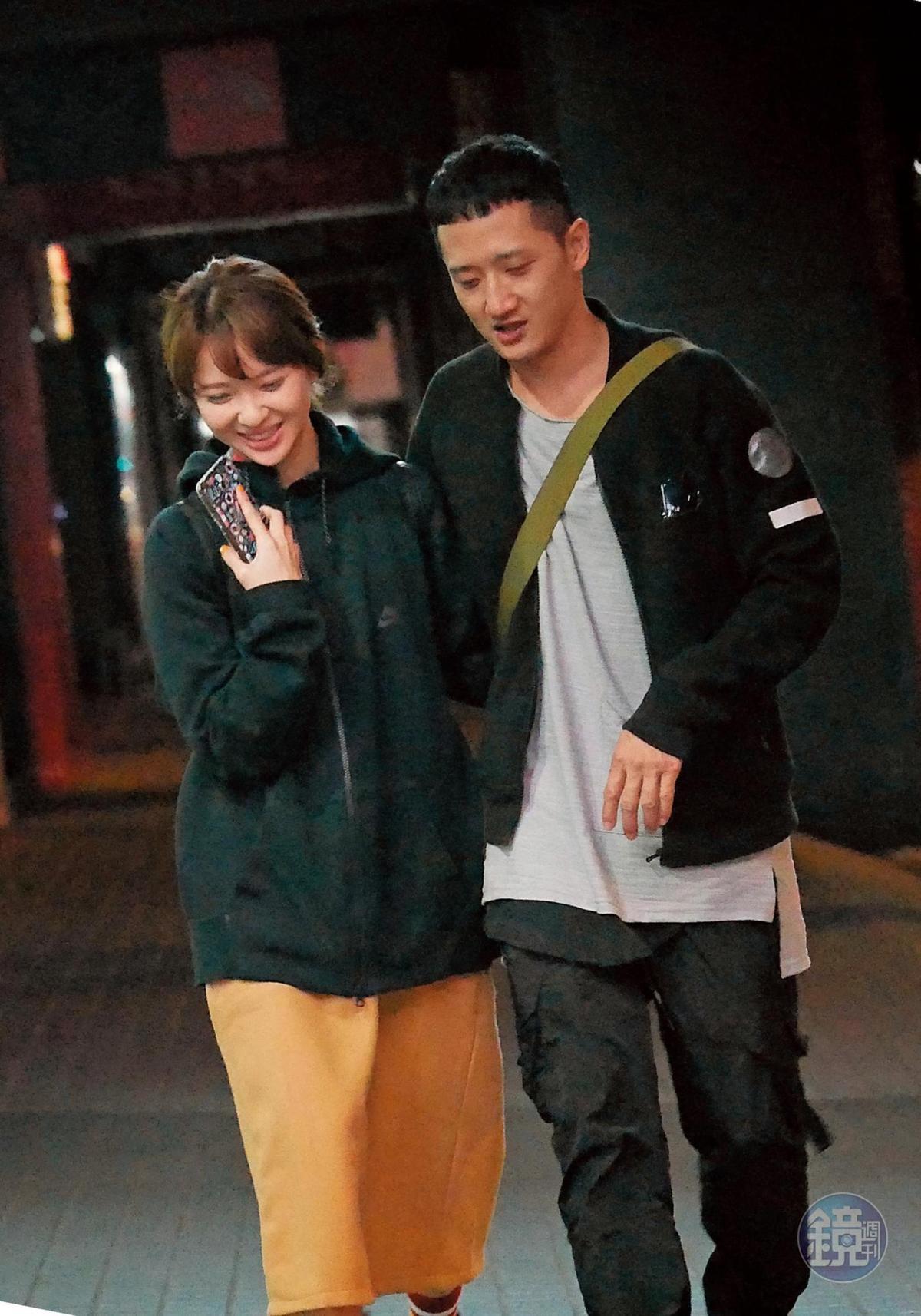 02:05 高英軒跟俞西潔有說有笑,雙方緊貼著,感覺之間十分有電流。