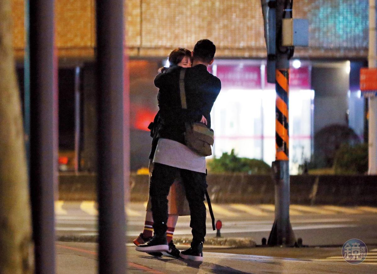 02:20 雖然看似在路邊等車,但小倆口遲遲沒有離開,黏在一起互相享受彼此的甜蜜。