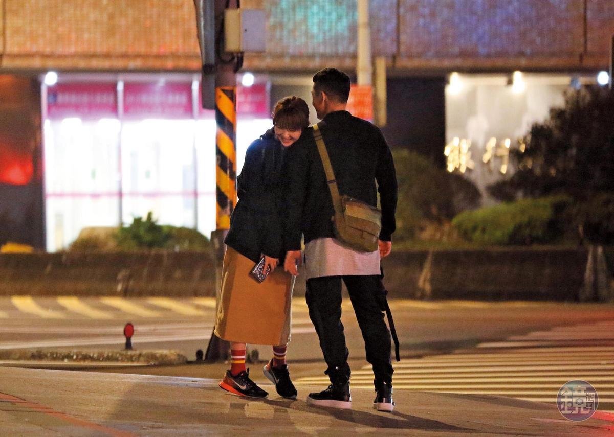 02:26 一開始是高英軒主動摟俞西潔,後來俞西潔也會倚高英軒的肩,可見男女互有愛意。