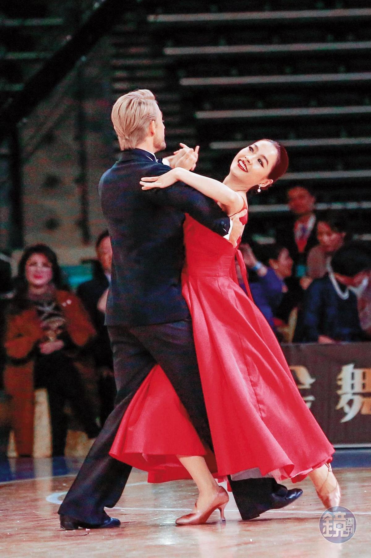 小嫻(右)難得達到演藝生涯最受眾人關照的一個時間點,她國標飛舞得很有氣勢,還腿蹭法比歐(左)的洋鵰。