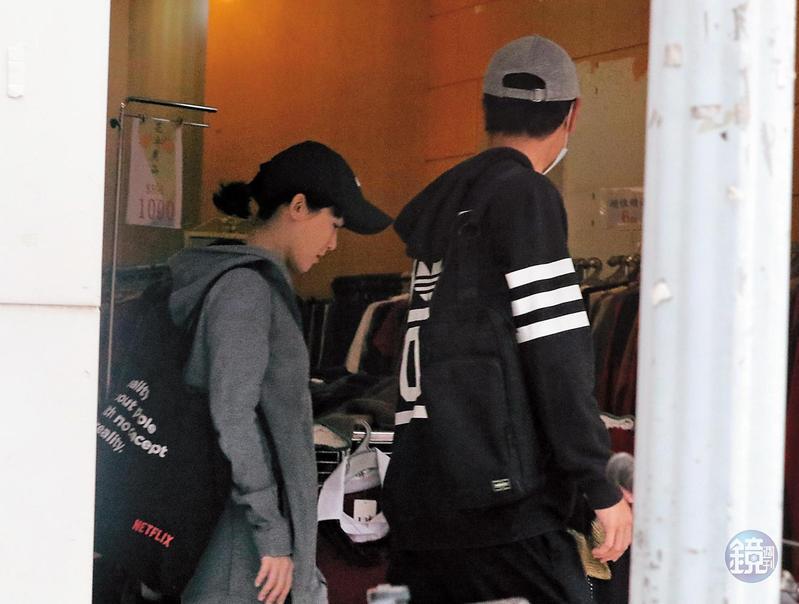 3月2日14:13,本刊直擊劉冠廷戴著帽子和口罩,轉進北市信義路二段大樓,過不久孫可芳跟著下樓,女生穿著輕便,似乎剛運動完。