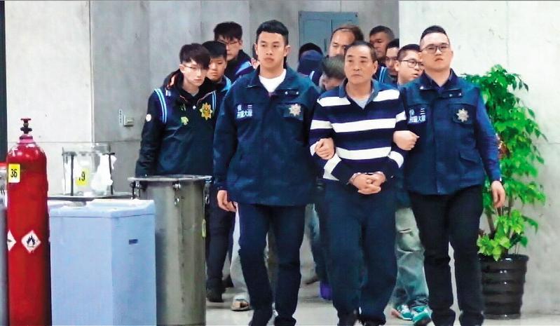 製毒師李雲龍年前遭刑事局逮捕,並從其製毒工廠起出大批原料和半成品。(翻攝畫面)