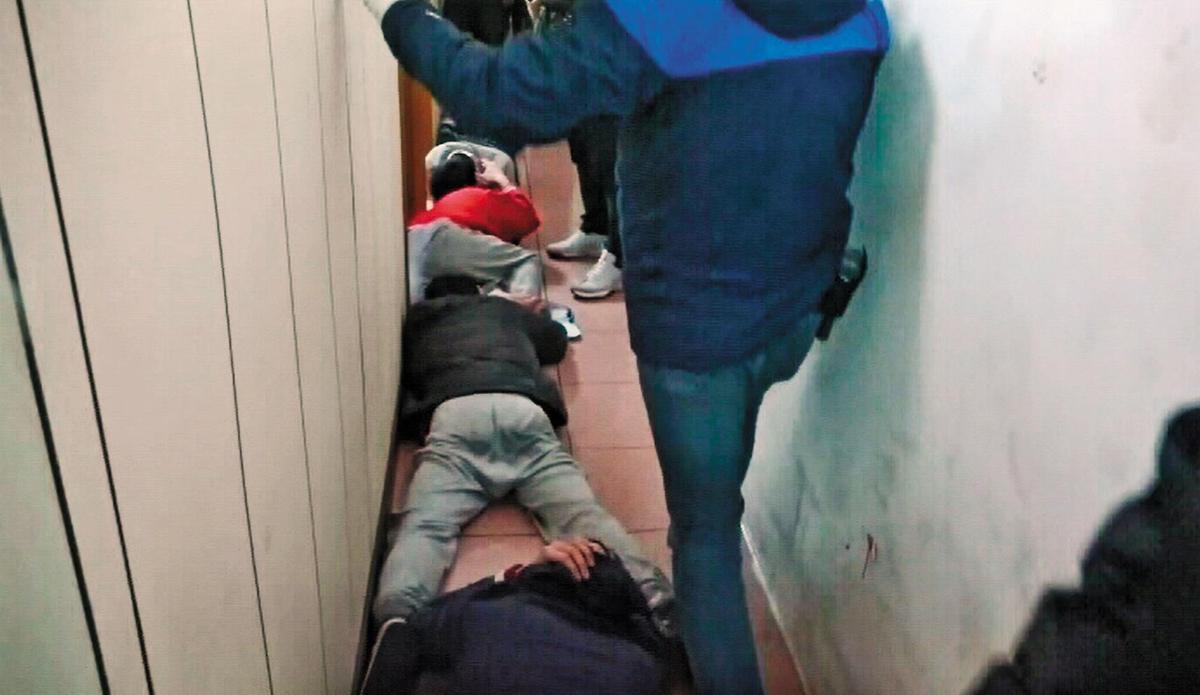 警方突襲製毒工廠,將李嫌的製毒集團成員壓制在地。(翻攝畫面)