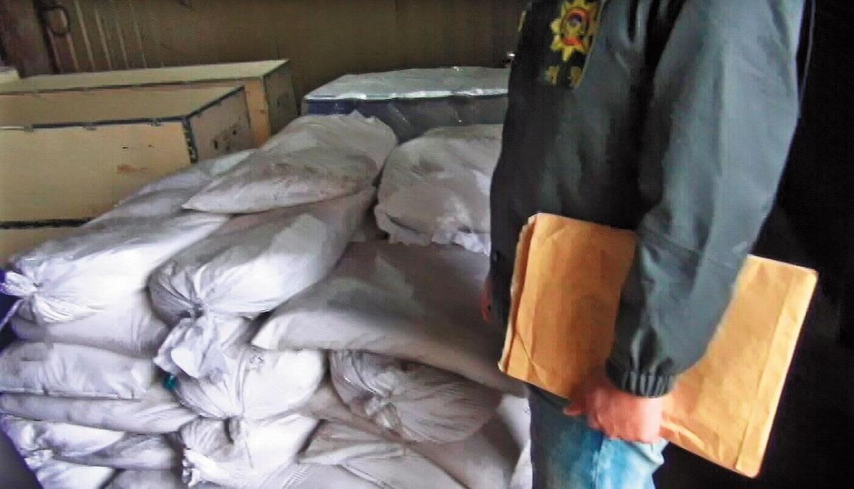 李嫌的製毒工廠內,擺放數百公斤的安毒原料及半成品。(翻攝畫面)