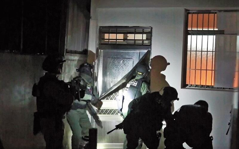 專案小組攻堅李嫌的製毒工廠,嫌犯7人束手就擒。(翻攝畫面)
