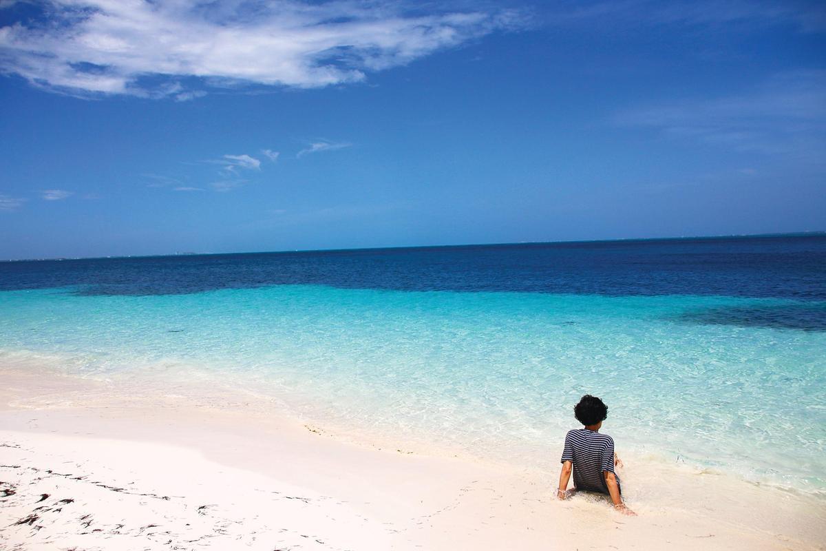在墨西哥坎昆加勒比海海岸,充斥著情侶檔,太源晙和媽媽大概是唯一的母子檔。(EZ叢書館提供)