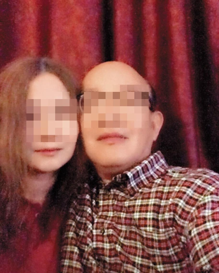 退役的藍男(右)為了女人幾乎散盡積蓄,個人臉書上也常與女性放閃,表情十分陶醉。(翻攝臉書)