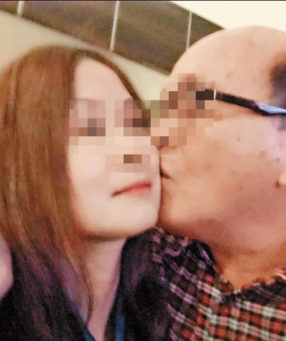 藍男縱情聲色犬馬,臉書上也偶有親吻女子的畫面。(翻攝臉書)