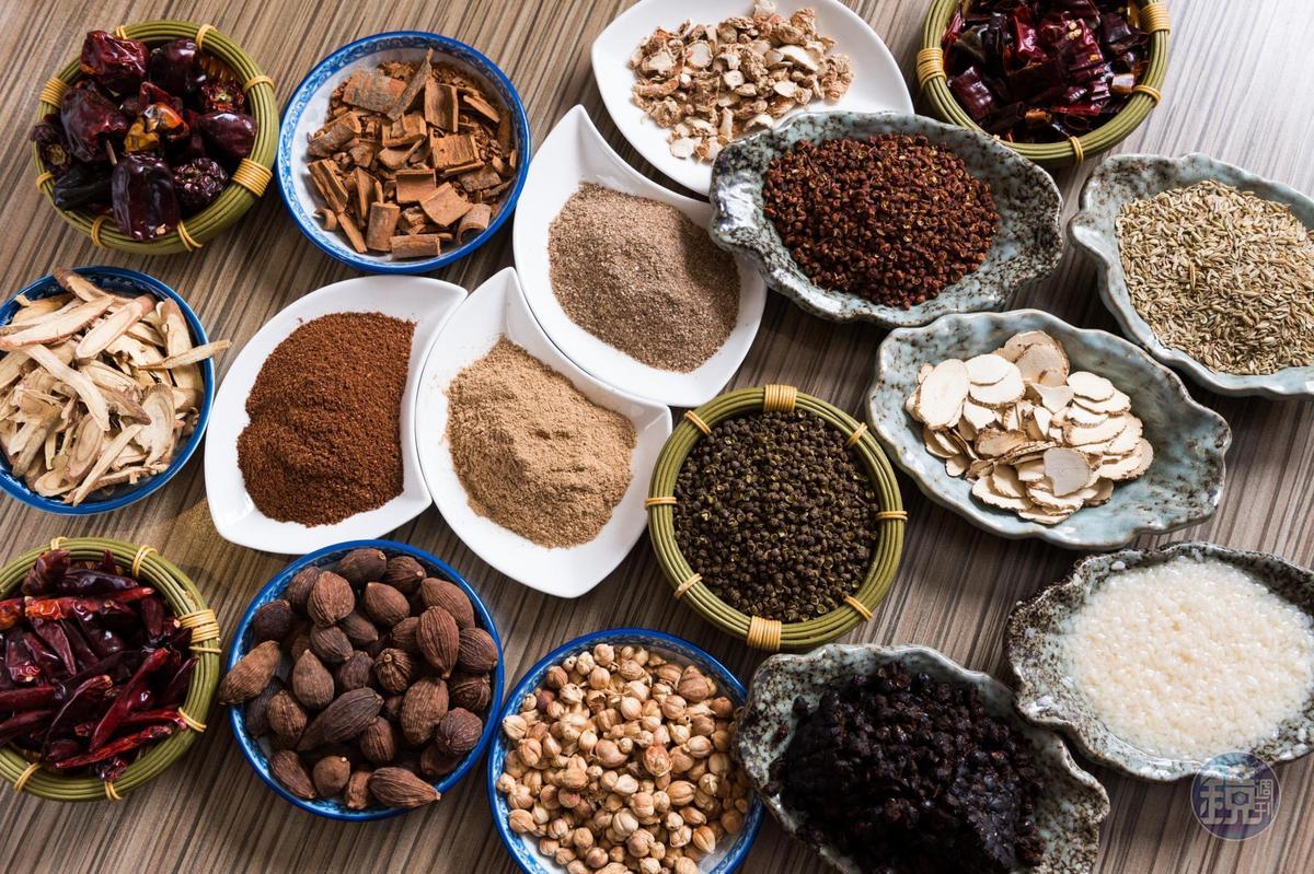 多種香辛料有不同下鍋時機,才能堆疊出多層次的香氣口感。