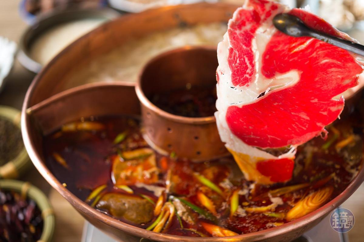 楊琴妮特別訂製的鴛鴦鍋,將辣底料集中在中環,讓怕辣者可以避開辣渣。