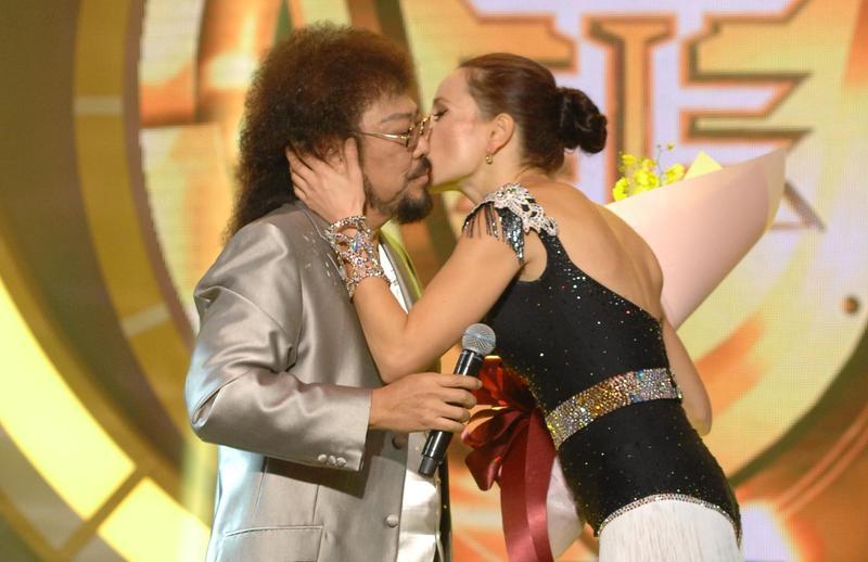 瑪格莉特(右)在台上獻吻昔日緋聞情人張菲(左)。(華視提供)