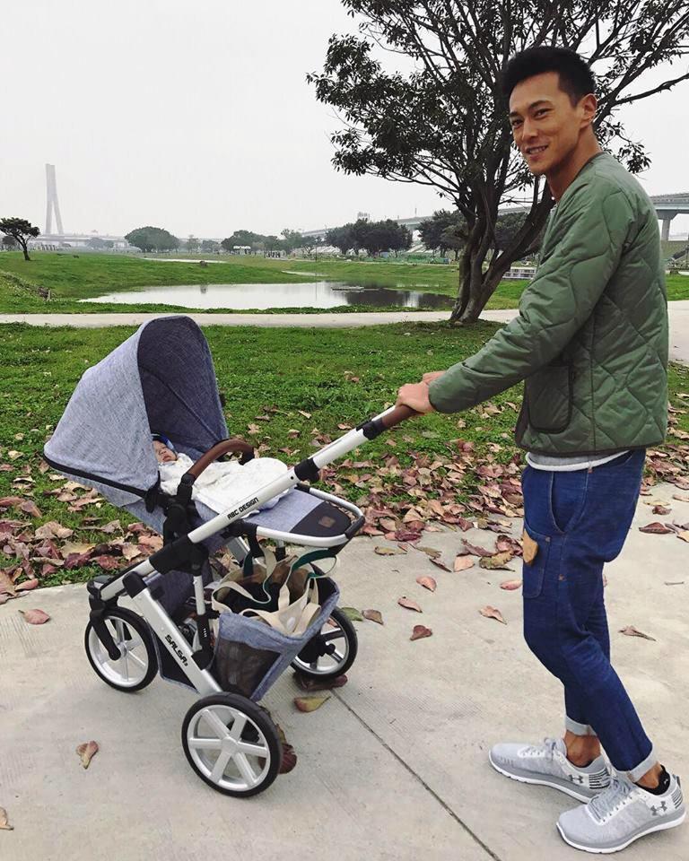 鍾承翰近來忙著宣傳新戲《已讀不回的戀人》,大年初一還曾推著兒子「翰寶」出門走春。 (翻攝自鍾承翰網路)