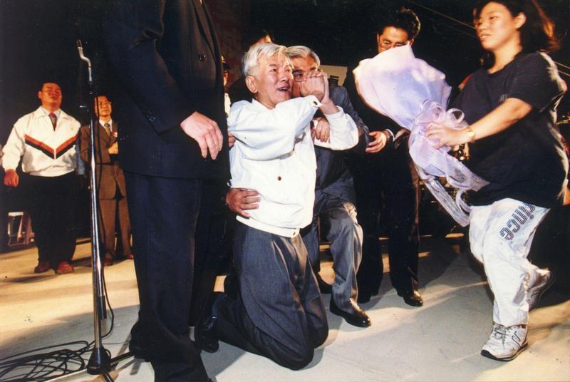 盧修一當1997年底,抱病為同黨的蘇貞昌站台,當著萬餘人面前下跪求票,使選情告急的蘇貞昌逆轉勝。(翻攝自白鷺鷥文教基金會)