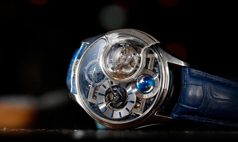 萬希泉星恆系列─尊爵版腕錶,飛行陀飛輪裝置,球體GMT兩地時間指示,限量288只,定價NT$209,200。