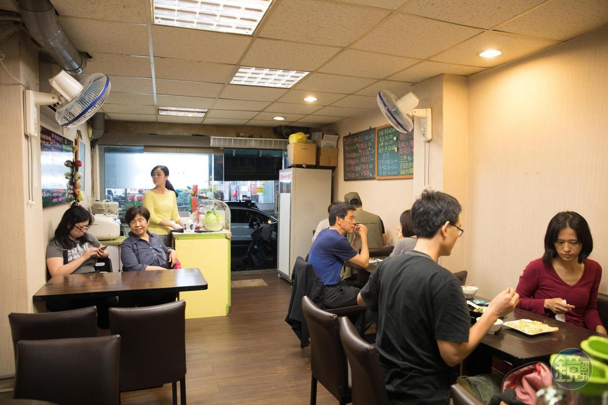 座位不多的「我家小廚房」不僅是民生社區居民的日常食堂,也吸引許多饕客不遠千里來嘗鮮。
