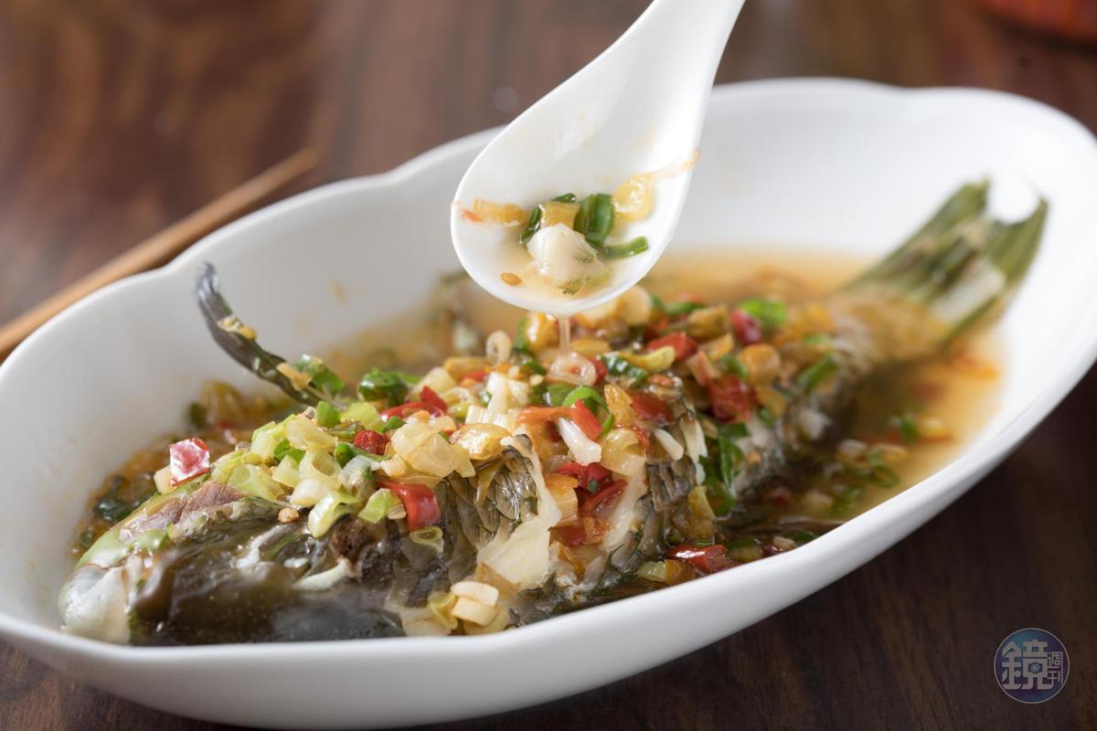 我家小廚房的魚料理虜獲米其林評審員的心。湖南風味的「剁椒魚」捨棄魚頭,改用肉質鮮甜的遠洋海鮮。(時價。450元~650元/份)