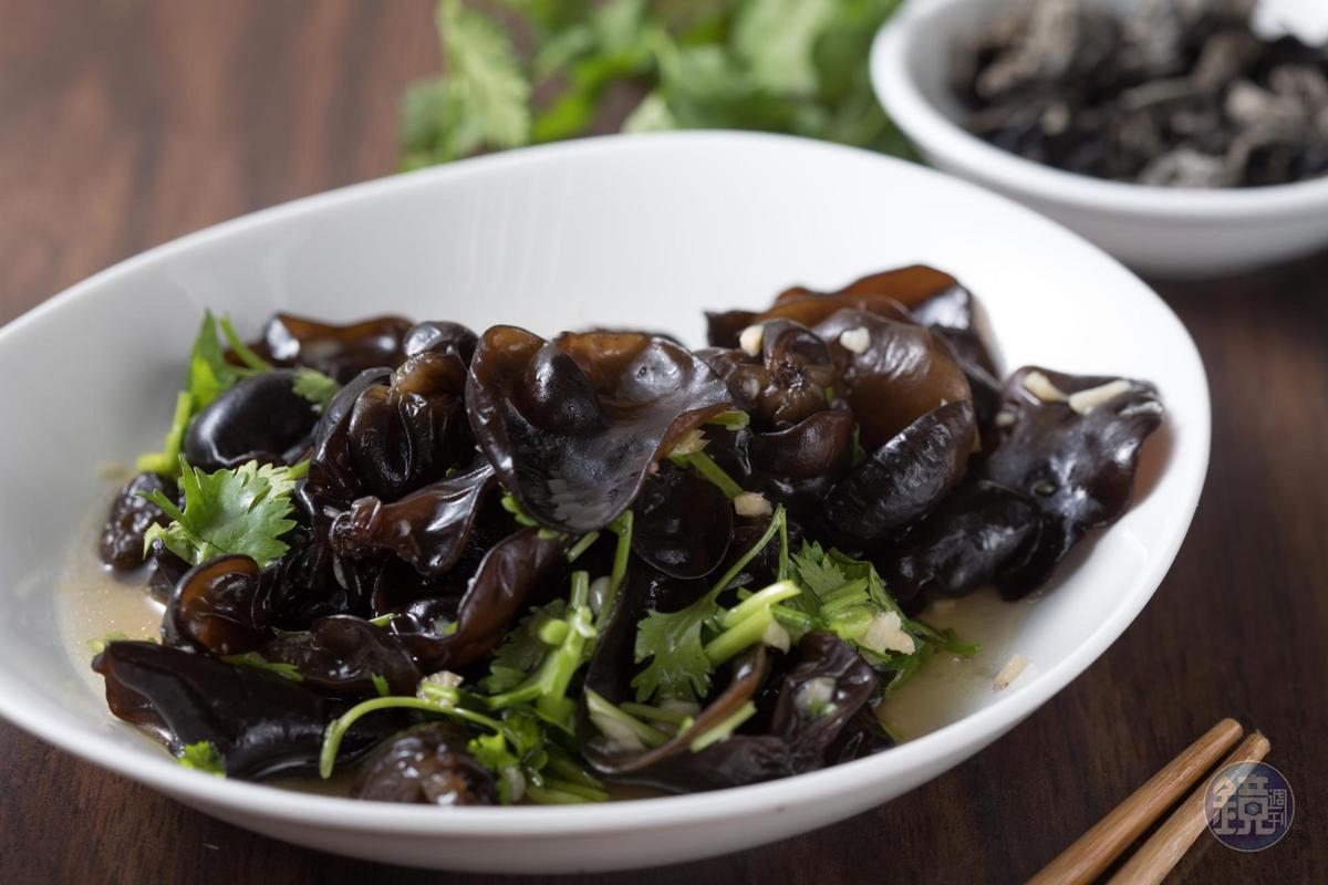 「醋溜木耳」使用中國東北的秋木耳,曹佑淇喜歡在任何菜裡都加一點木耳增加清爽與口感。(170元/份)