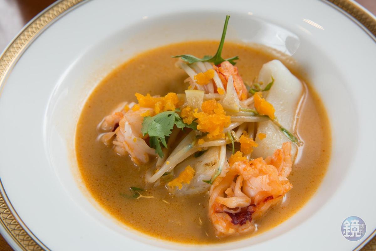 以龍蝦、叻沙及椰漿為湯底的「龍蝦 腸粉 豆芽 laksa風味湯」,濃郁帶辛口的滋味令在場友人好驚喜。