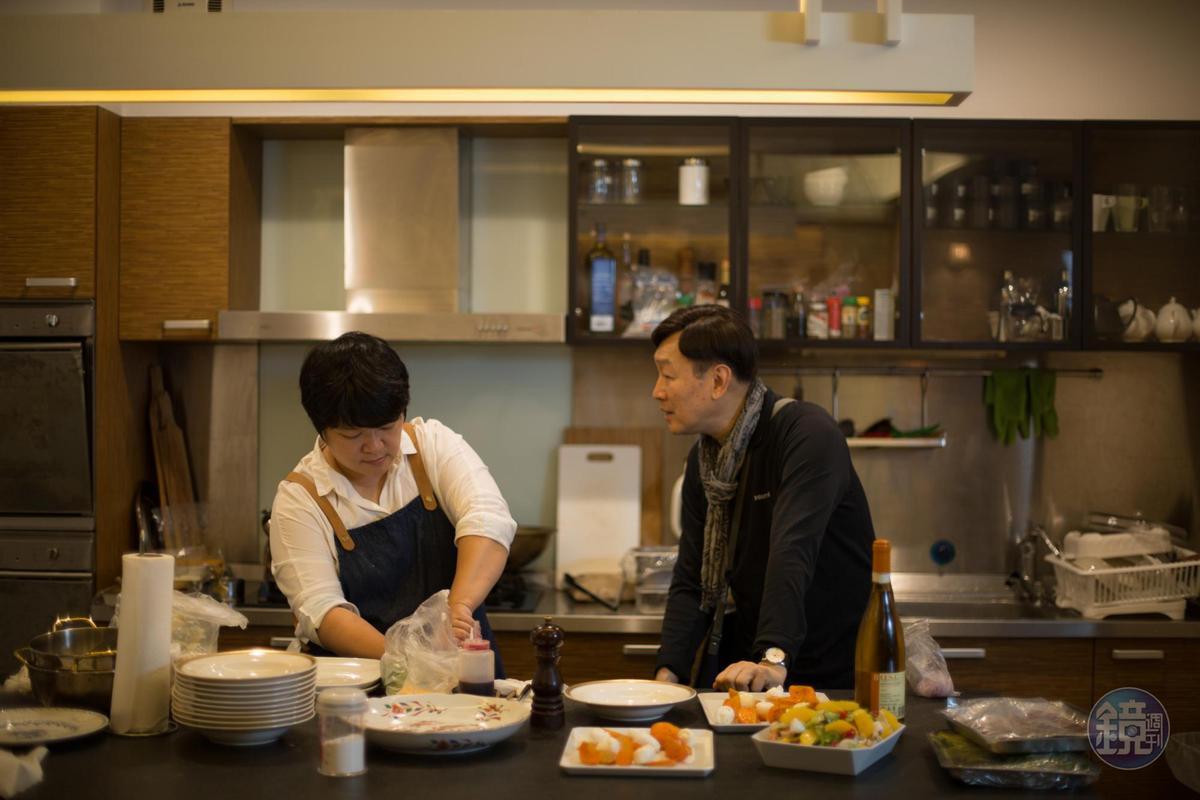 Dana(左)這天做了燉菜對已故作家韓良露表示心意,韓良露的先生、作家朱全斌(右)說這讓他回憶起跟太太一起吃紅酒燉牛肉的時光。