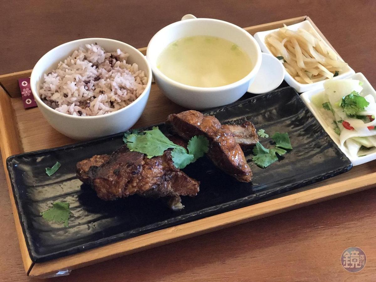 朱全斌依家傳食譜料理的私房燻魚,現已納入紀州庵文學森林「作家私房菜系列」,民眾想吃也點得到。(280元/套)