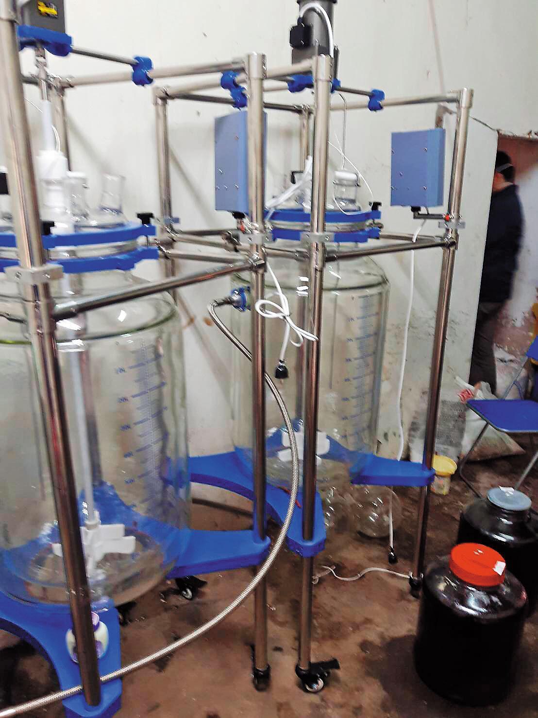 警方從李嫌的製毒工廠中,找到許多從大陸進口的精密製毒器材。(翻攝畫面)