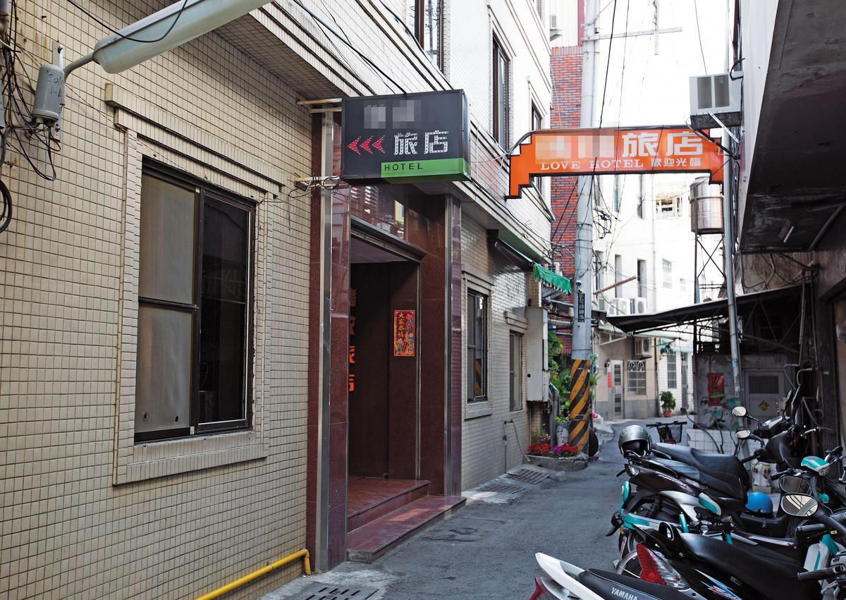 藍男返台居無定所,屏東火車站前巷內旅館常是他落腳處。