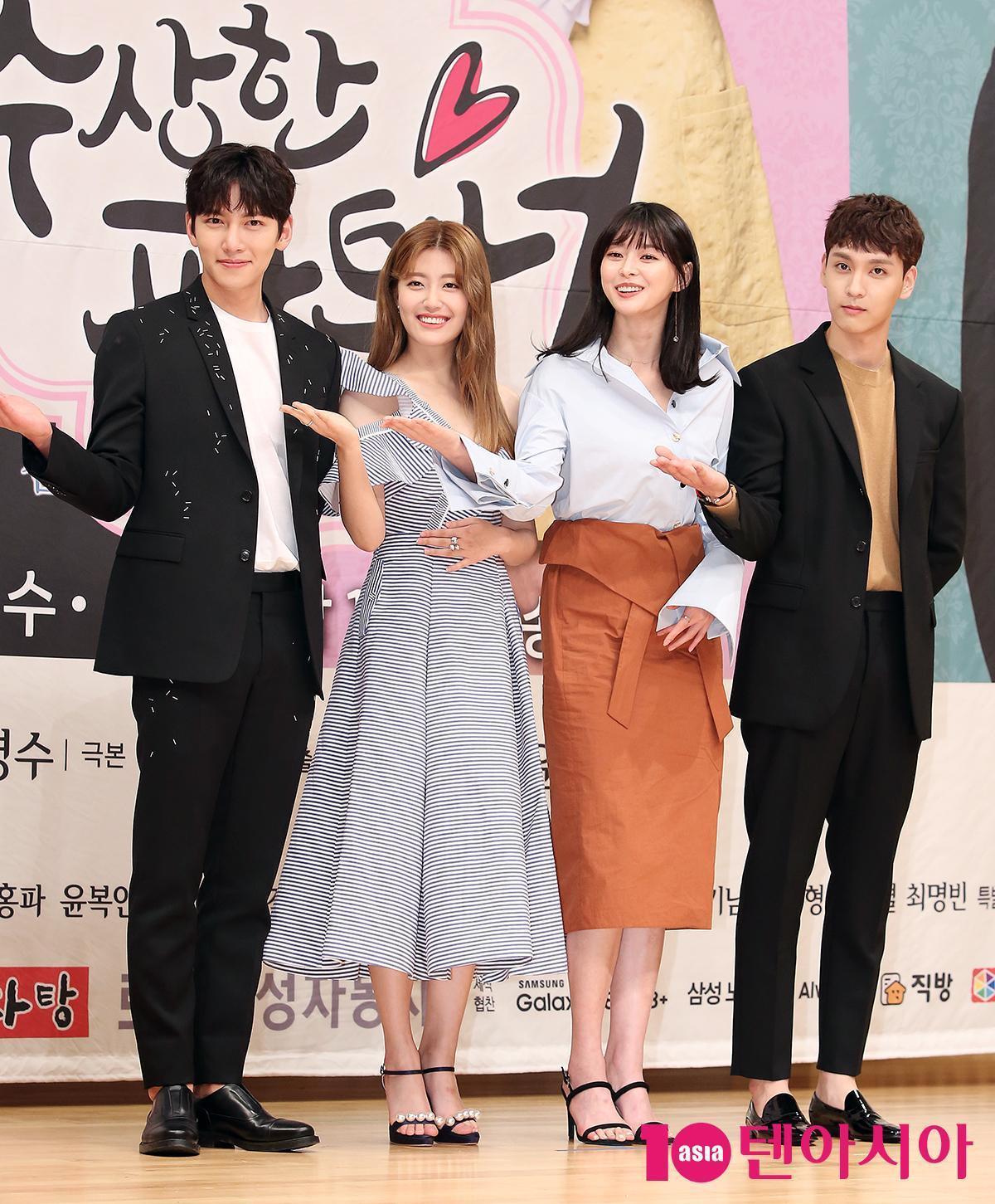 崔泰俊(右四)曾與池昌旭、南志鉉演出《奇怪的搭檔》。(網路圖片)