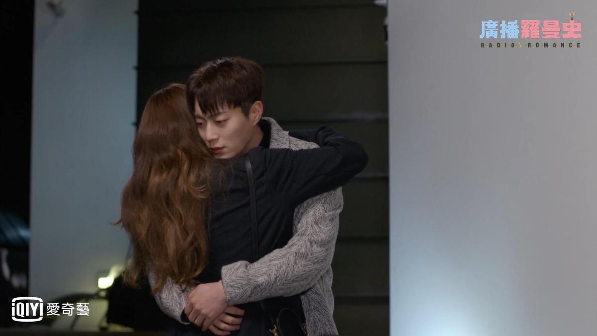 斗俊飾演的超級明星池秀浩,對金所炫敞開心扉。(愛奇藝台灣站提供)