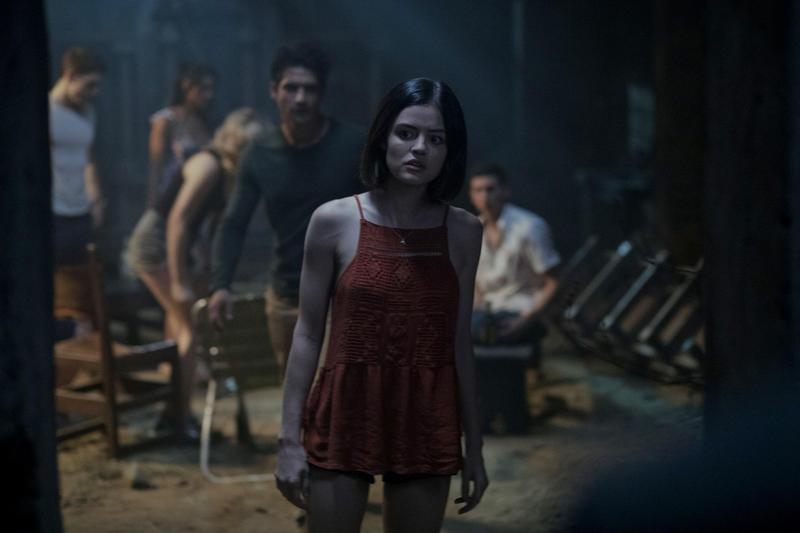 露西海爾扮演奧莉薇亞,與好友一起被捲入《真心話大冒險》的死亡遊戲。(UIP提供)