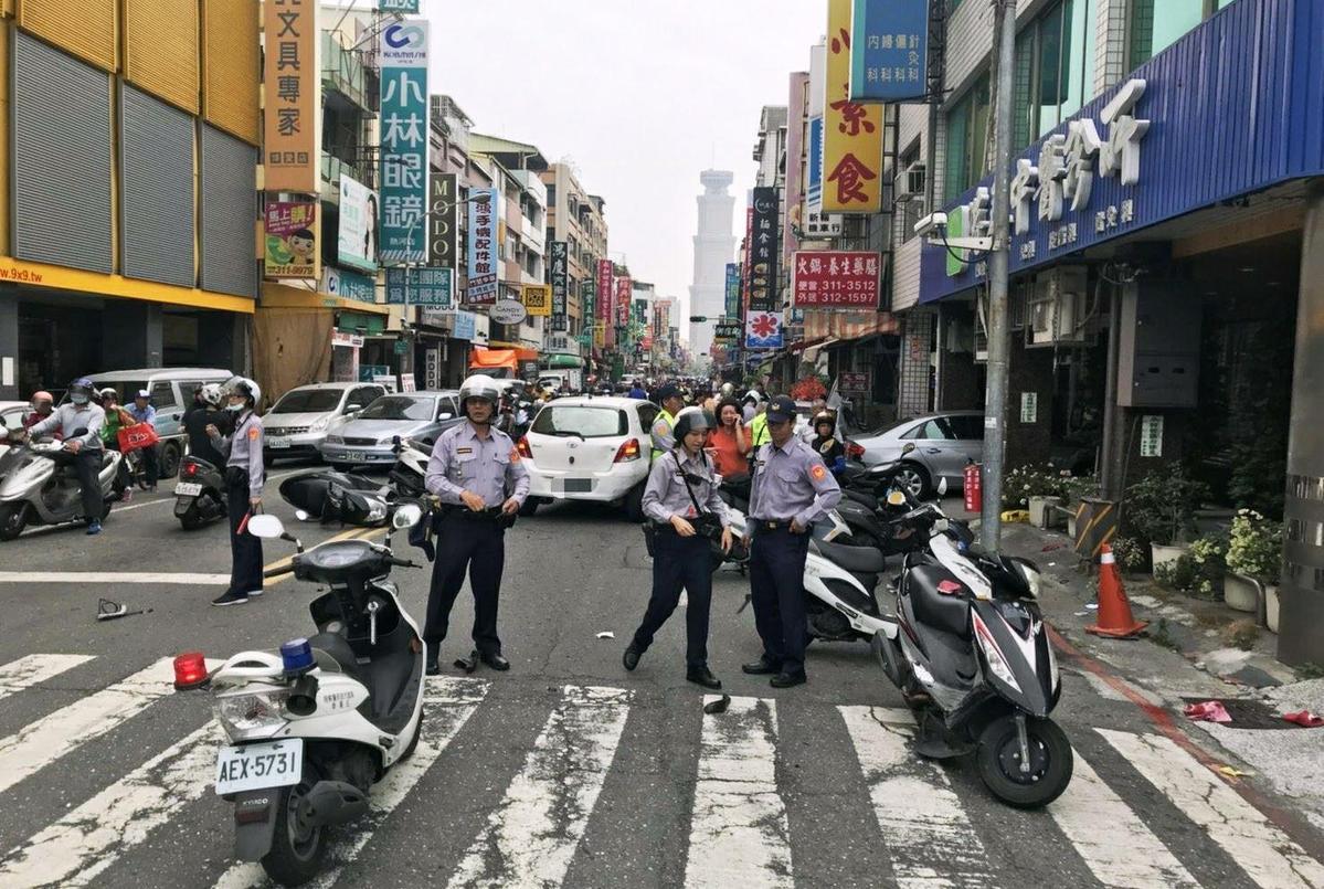 轎車不明原因衝撞12汽機車,車禍現場凌亂不堪,警方趕緊圍起封鎖線以免二次傷害。(警方提供)