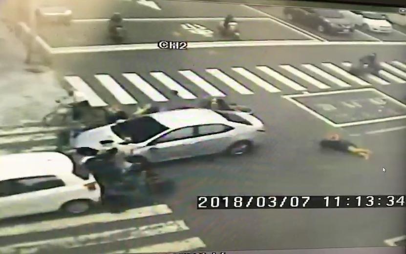 監視器還原驚悚瞬間,畫面中的汽車直接衝撞機車,造成騎士飛彈倒在地上。(警方提供)